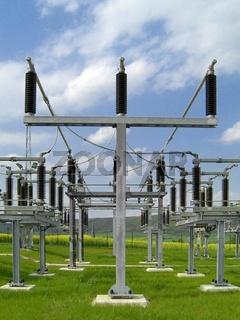 Umspannwerk mit Hochspannungsleitungen und Isolatoren