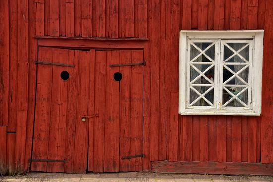 schiefe Tür in schwedischem Holzhaus