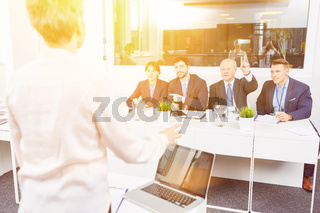 Referentin bei Business Schulung nimmt Frage entgegen