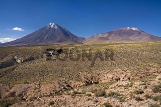 Wuestenlandschaft mit dem schneebedeckten Vulkan Licancabur, Paso de Jama, Argentinien, Desert landscape with vulcan Licancabur, Altiplano, Chile