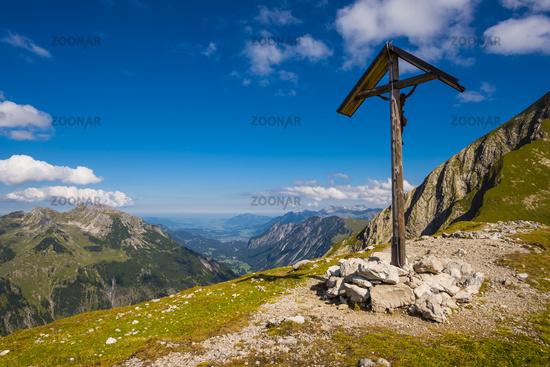 Feldkreuz beim Rappensee, dahinter das Stillachtal bis Oberstdorf, Allgäuer Alpen, Allgäu, Bayern, Deutschland, Europa