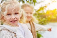 Zwei Kinder im Herbst in der Natur