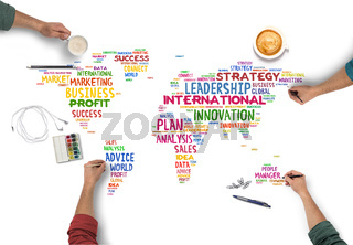 Leute machen Plan für internationales Teamwork