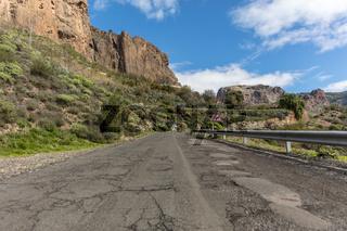 Straße mit Leitplanke im Gebirge von Cran Canaria
