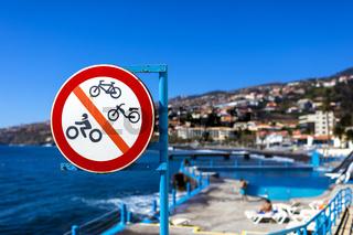 Verkehrszeichen am Meer