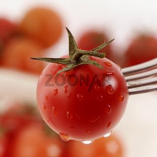 Tomate auf Gabelspitze