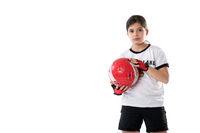 Junges Mädchen in Fußballkleidung mit Deutschland Trikot hält einen Ball
