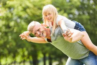 Glücklicher Vater spielt mit seiner Tochter