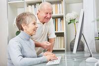 Senioren Paar lernt Umgang mit Computer