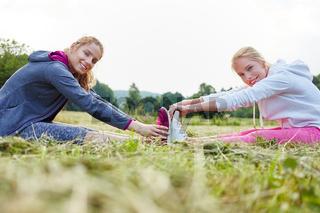 Junge Frauen in der Natur beim Stretching