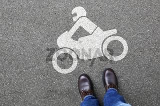 Mann Mensch Motorrad fahren Motorradfahrer Straße Verkehr