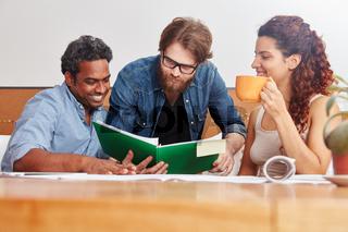 Studenten lernen zusammen im Seminar