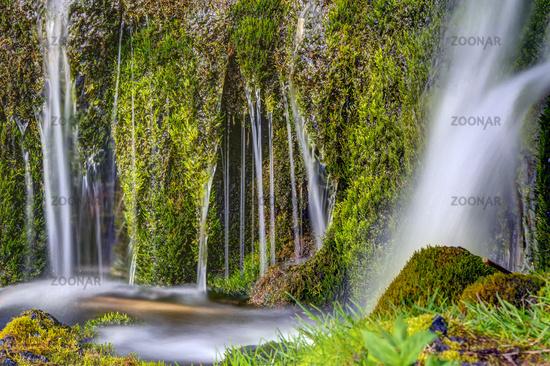 Detail eines kleinen Wasserfalls in Island