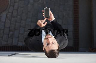 Geschäftsmann mit Smartphone mit Touchscreen
