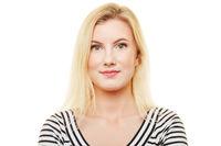 Neutrales Portrait einer jungen blonden Frau