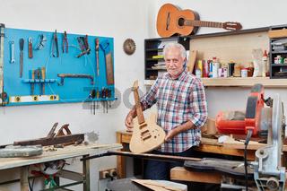 Gitarrenbauer zeigt eine neue E-Gitarre
