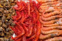 Garnelen und Muscheln auf einem Markt in Madrid