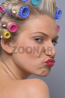 Junge Frau mit Lockenwicklern