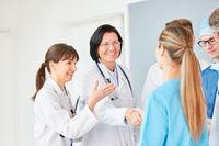 Ältere Ärztin begrüßt junge Kollegin