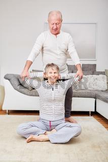 Senioren Paar macht Stretching Übung