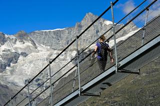 Wanderer auf der Charles Kuonen Hängebrücke, Randa, Wallis, Schweiz