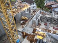 Baustelle am Hang mit Kran