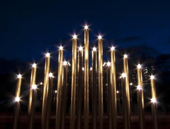 Weihnachtsbeleuchtung Fenster Pyramide.Foto Weihnachtsbeleuchtung Vor Einem Fenster Bei Abendhimmel Bild
