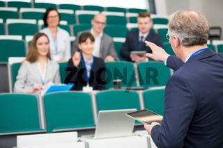 Dozent in einer Schulung für junge Geschäftsleute