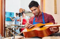 Azubi repariert eine Konzertgitarre