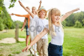 Familie und Kinder trainieren zusammen