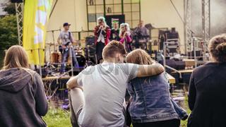 Junges Paar bei einem Open Air Konzert