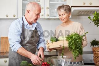 Senioren als Veganer kochen zusammen