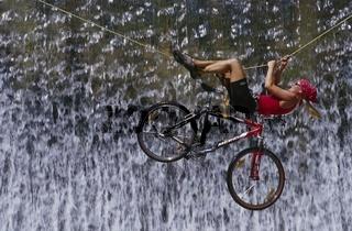 Überquerung eines Wasserfalles auf einem Seil gemeinsam mit dem Bike