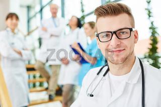 Junger Arzt oder Student in der Ausbildung