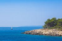 Segelboot vor der Küste der kroatischen Insel Rab