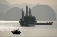 Dschunke in der Ha Long Bucht im Gegenlicht