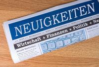 Neuigkeiten Zeitung auf Schreibtisch im Büro