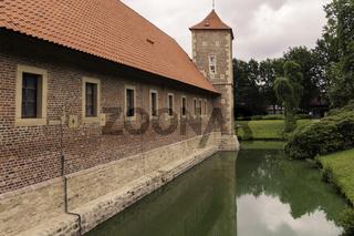 Wasserburg Hülshoff mit Burgturm und Wassergraben, NRW