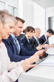 Geschäftsleute sitzen in einer Reihe