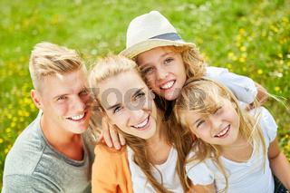 Glückliche Familie und zwei Kinder