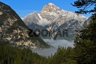 Monte Cristallo über dem Herbstnebel im Tal bei Misurina, Dolomiten, Südtirol, Italien