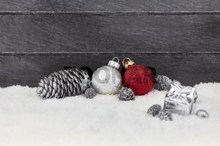 Weihnachtskugel vor Holz als Weihnachten Hintergrund