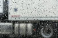 Regentropfen an der Scheibe eines PKW