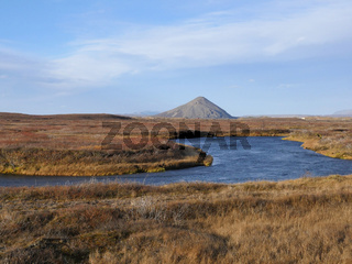 Palagonitkegel Vindbelgjarfjall hinter am See Mývatn in Island im Herbst