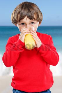Kleiner Junge Kind trinken Orangensaft Orangen Saft Sommer Hochformat gesunde Ernährung