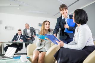 Gruppe Business Frauen findet gute Strategie