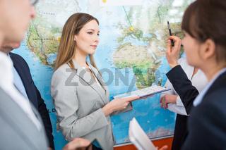 Junge Geschäftsfrau als Pressesprecher vor Weltkarte