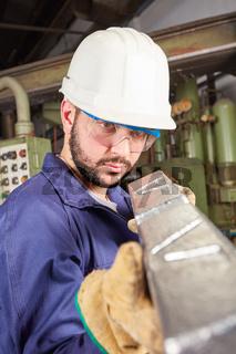 Qualitätskontrolle von Stahl in einer Gießerei