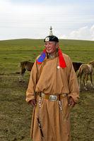 Mongolischer Hirte in traditioneller Kleidung