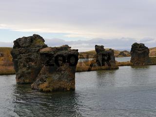 Lava-Formationen im Herbst am See Myvatn bei Höfdi in Island